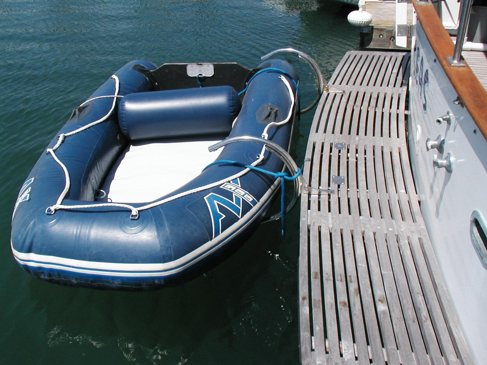 Pivoting dinghy davit system