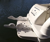 Tilting pull-on davit system for inflatable boats